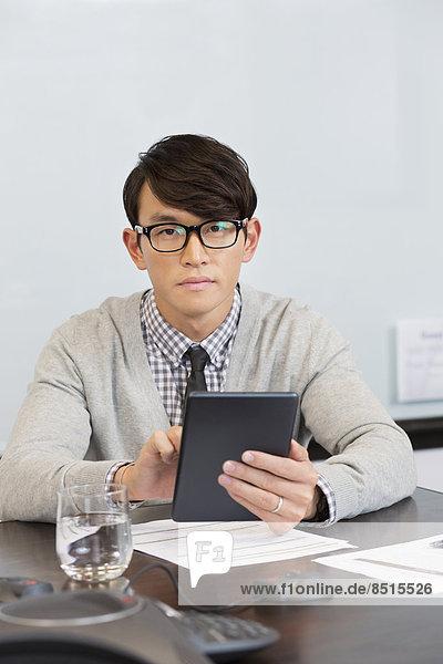benutzen  Geschäftsmann  Büro  Tablet PC  südkoreanisch