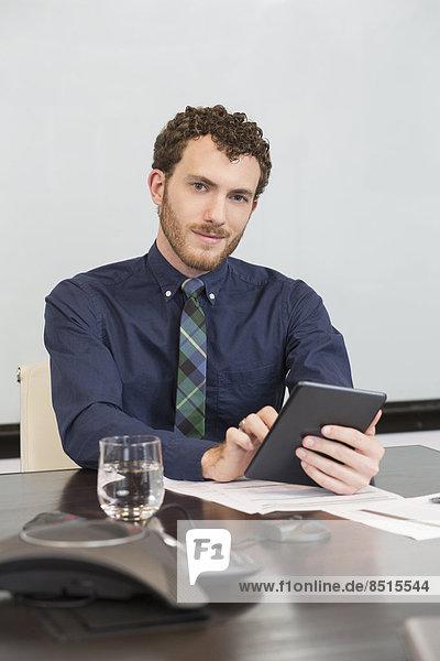 benutzen  Europäer  Geschäftsmann  Büro  Tablet PC
