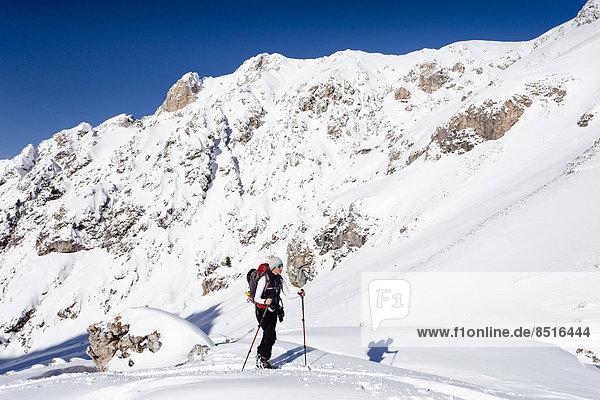 Skitourengeher beim Aufstieg auf den Zendleser Kofel im Villnösstal  hinten die Aferer Geisler  Dolomiten  Südtirol  Italien