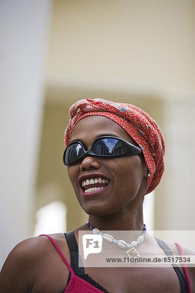 Lächelnde Straßenkünstlerin  Havanna  Kuba