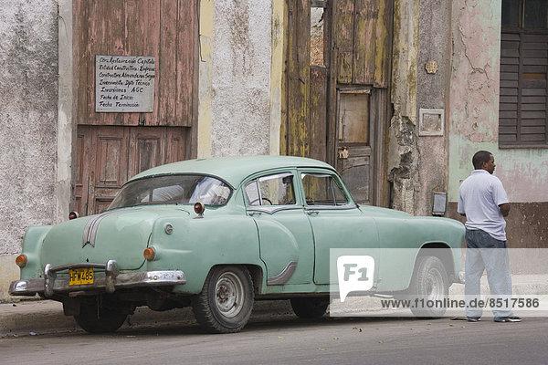 Havanna  Hauptstadt  stehend  Mann  Auto  Klassisches Konzert  Klassik  Kuba