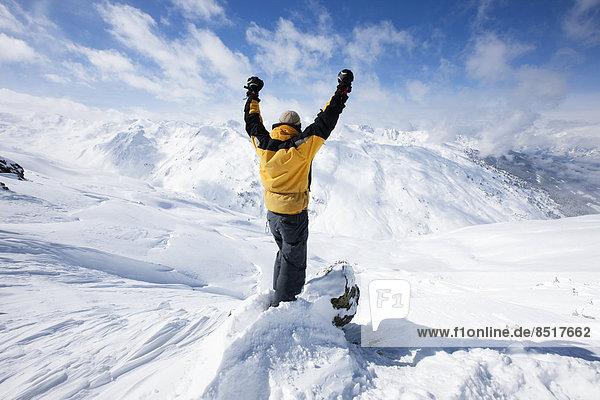 Bergsteiger freut sich über Gipfelsieg  Hochfügen  Zillertal  Tirol  Österreich Bergsteiger freut sich über Gipfelsieg, Hochfügen, Zillertal, Tirol, Österreich