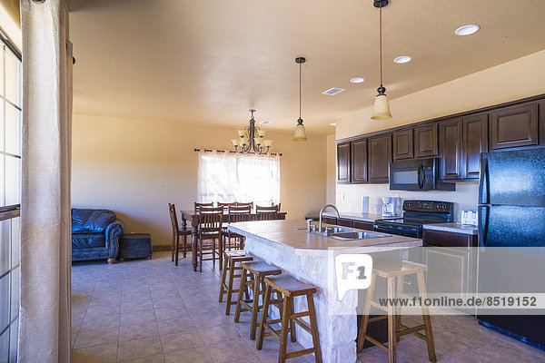 USA  Texas  Innenausstattung Wohnhaus  Kücheninsel mit Barhockern und Essbereich