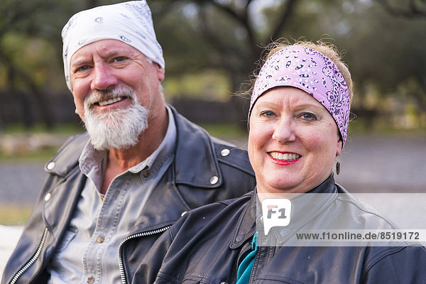 USA  Texas  Lächelndes Paar in Lederjacken  Portrait
