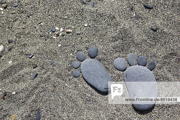 Frankreich  Bretagne  Strand von Pordic  Füße aus Kieselsteinen