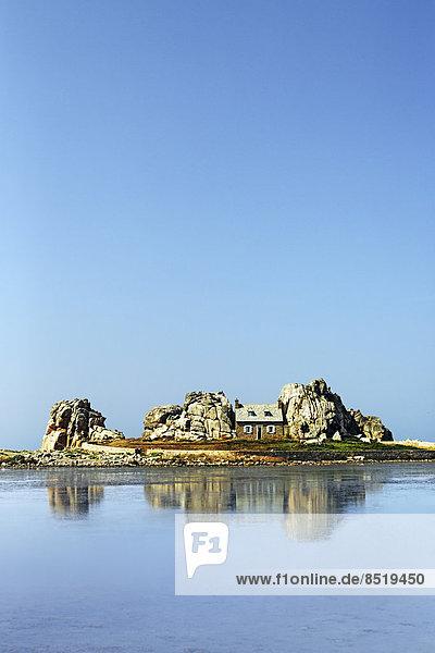 Frankreich  Bretagne  Plougrescant  Haus zwischen Felsen