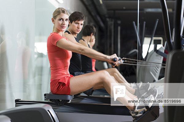 Österreich  Klagenfurt  Mann und Frau trainieren mit Rudergerät