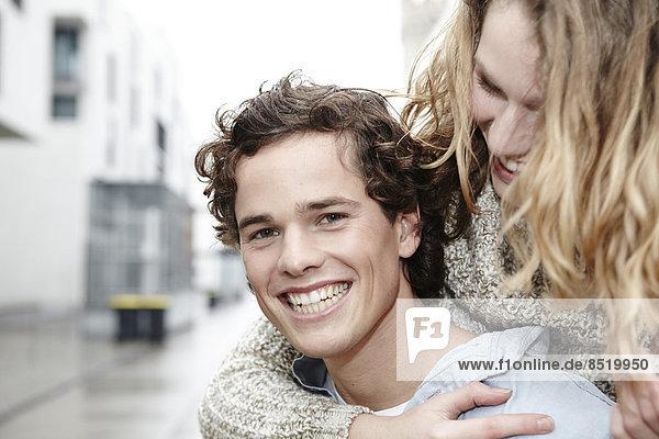Porträt des glücklichen jungen Mannes und seiner Freundin