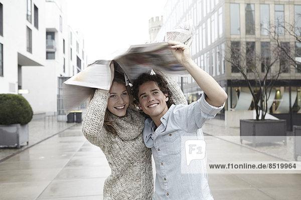 Junges Paar auf der Moße im Regen