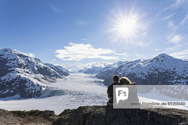 Grenzregion Alaska-British Columbia  Paar mit Blick auf den Lachsgletscher