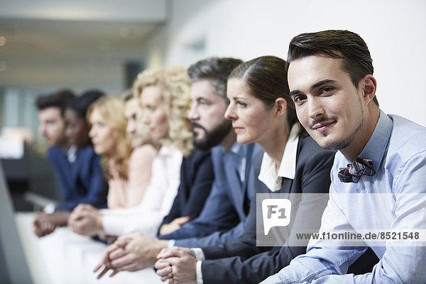 Deutschland  Neuss  Gruppe von Geschäftsleuten  auf Geländer gestützt