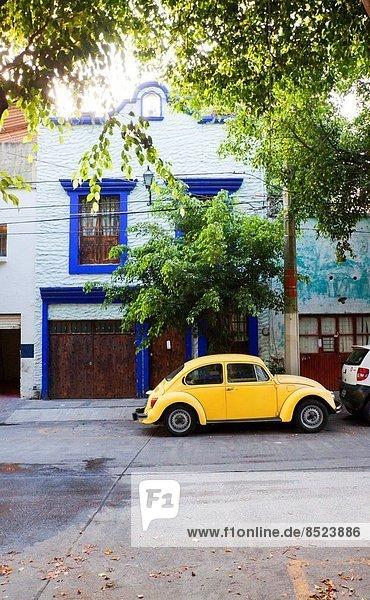 Wohnhaus Auto gelb frontal Mexiko typisch Guadalajara Jalisco alt