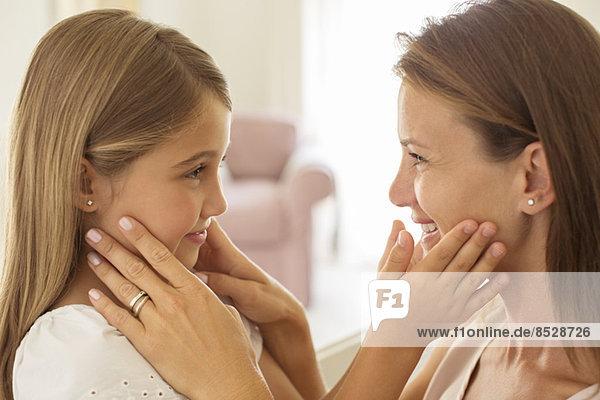 Mutter und Tochter berührende Gesichter