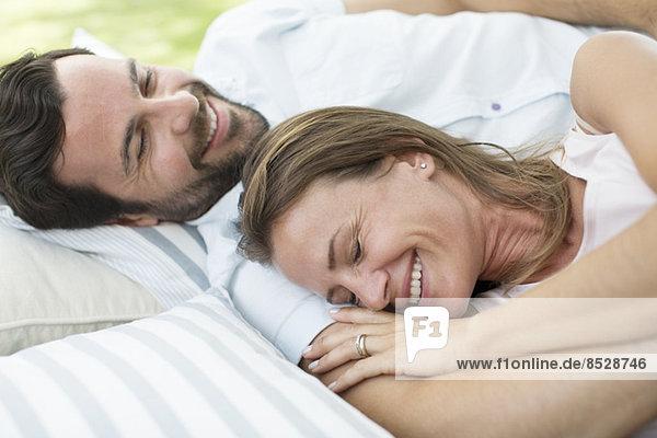 Paar Entspannung auf der Decke im Freien