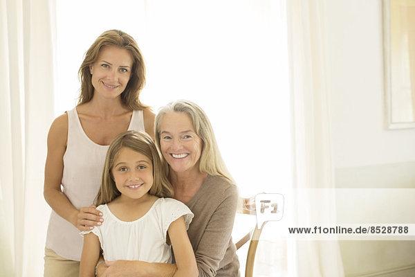 Mehrgenerationen-Frauen lächeln am Fenster