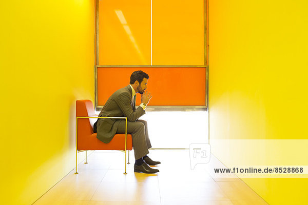 Geschäftsmann denkt in hellem Büro