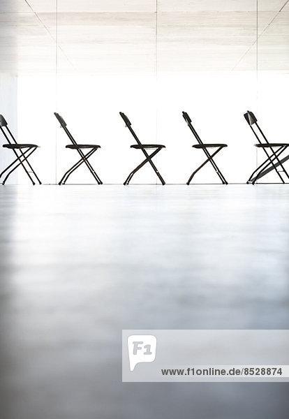 Stühle in einer Reihe im Büro aufgereiht