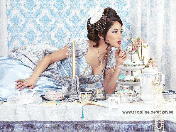 liegend liegen liegt liegendes liegender liegende daliegen Party Reichtum blau Tisch Kleid Tee