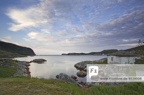 Felsen entlang der ruhigen Bucht
