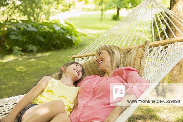 Großmutter und Enkelin entspannen in der Hängematte