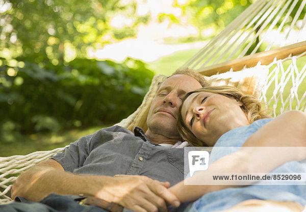 Paar schläft in der Hängematte