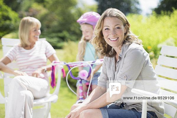 Frau lächelt im Hinterhof