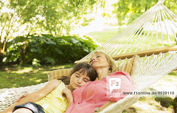 Großmutter und Enkelin schlafen in der Hängematte