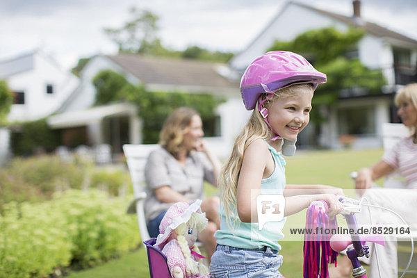Mädchenfahrrad im Hinterhof