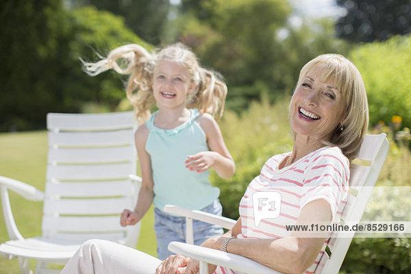 Großmutter und Enkelin im Hinterhof