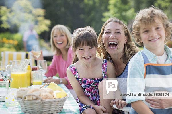 Familie bei Tisch im Garten