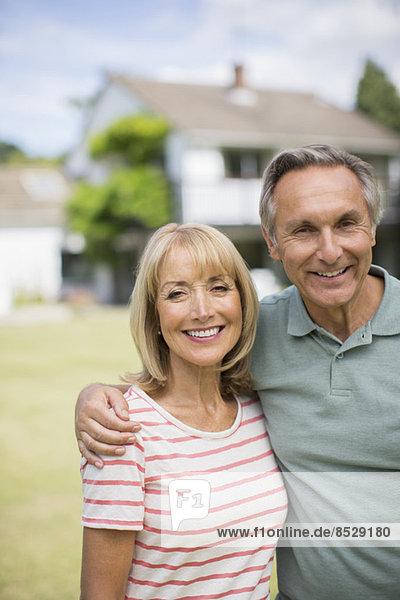 Seniorenpaar im Freien umarmend