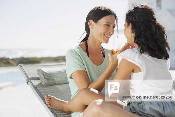 Mutter und Tochter beim Entspannen am Pool
