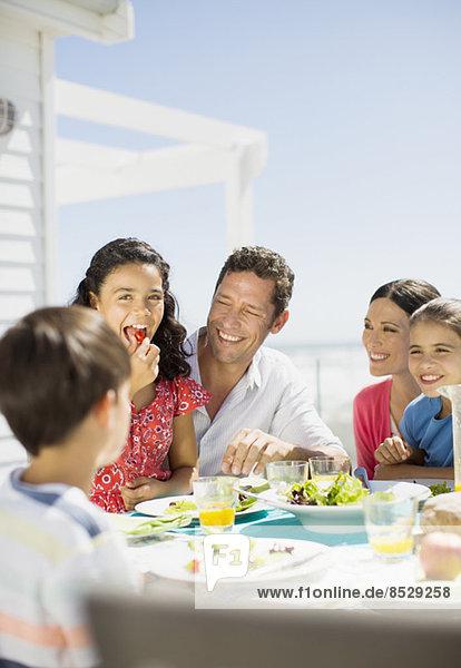 Familienessen auf der sonnigen Terrasse