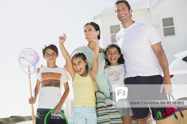 Begeisterte Familie mit Strandkleidung