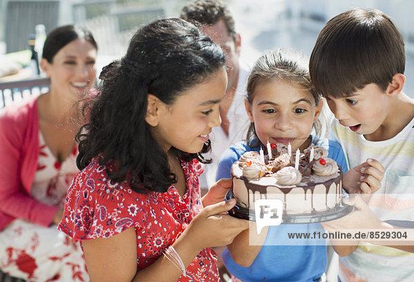 Kinder mit Geburtstagskuchen im Freien