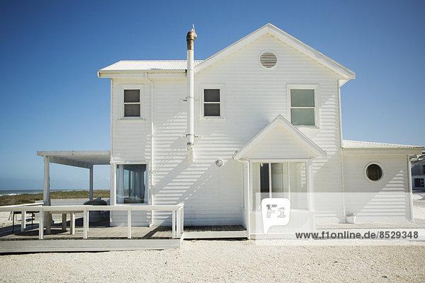Weißes Strandhaus gegen blauen Himmel