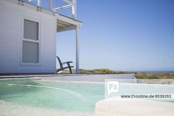 Infinity Pool und Strandhaus mit Blick auf den Ozean