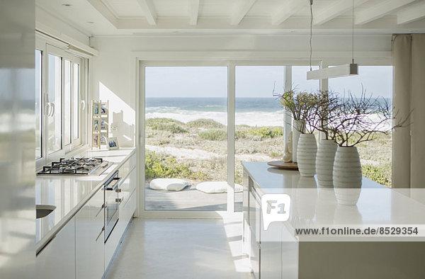 Moderne weiße Küche mit Meerblick