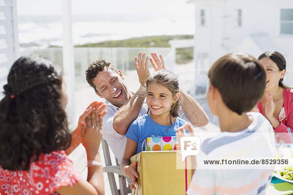 Familie feiert Geburtstag auf der Sonnenterrasse