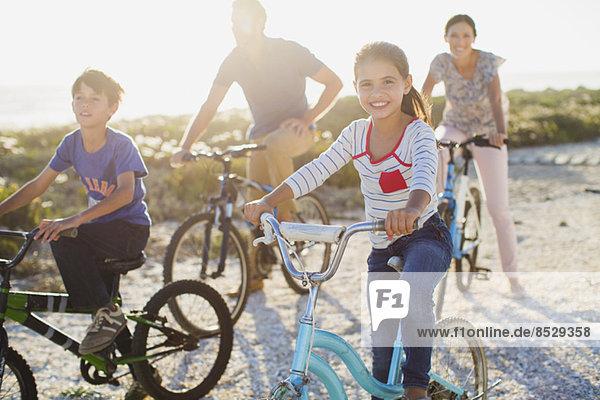 Familienfahrräder am sonnigen Strand