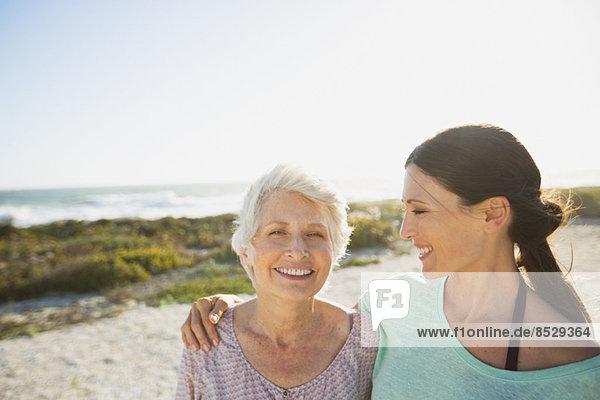 Mutter und Tochter am sonnigen Strand