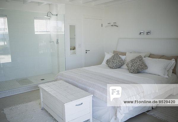 Bett  Dusche und Kofferraum im modernen Schlafzimmer