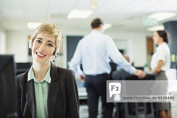 Geschäftsfrau mit Headset im Büro