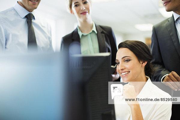 Geschäftsleute sprechen am Computer im Büro