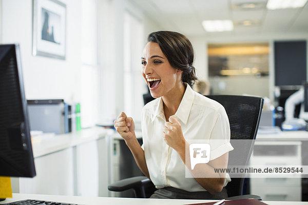 Geschäftsfrau jubelnd im Amt