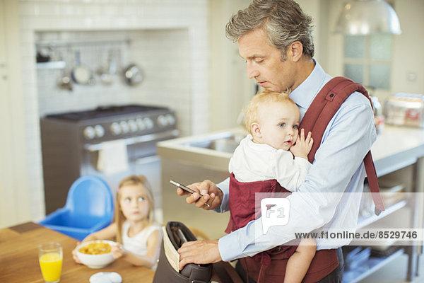 Vater mit Babypacksack für die Arbeit