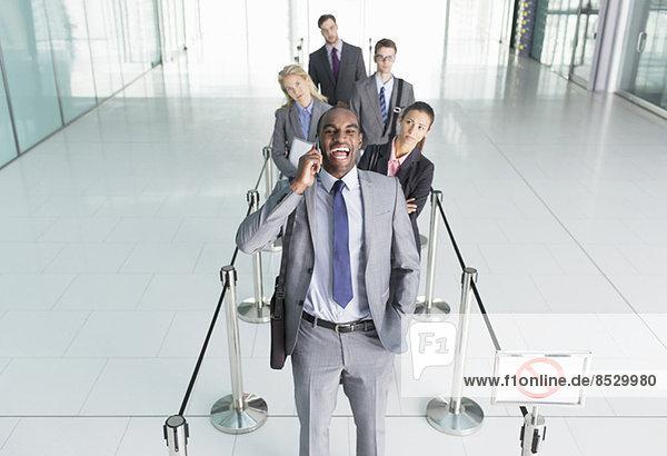 Geschäftsmann im Gespräch auf dem Handy in der Leitung