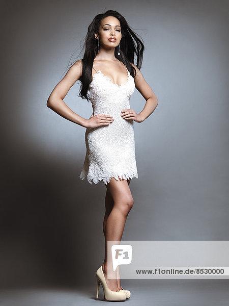 Frau in einem kurzen weißen Kleid