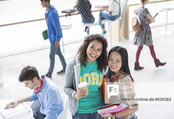 Universitätsstudenten lächeln