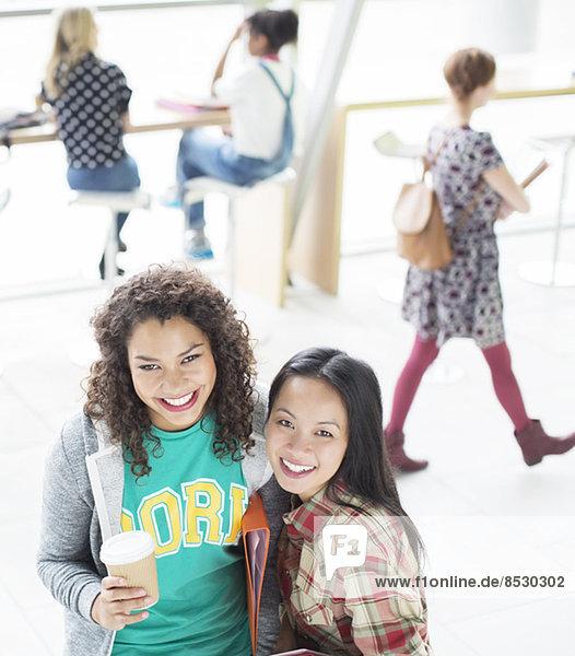 Studenten lächeln in der Lounge